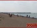 Дикий пляж справа от пирса